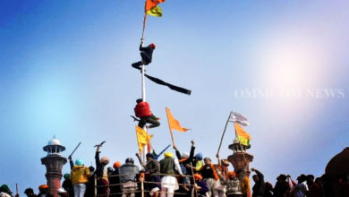 Photo of After Clashes With Police, Farmers Swarm Red Fort, Hoist Pennant